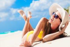 Langhaariges Mädchen im Bikini, der Spaß auf tropischen Barbados hat, setzen auf den Strand Lizenzfreies Stockfoto
