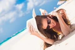 Langhaariges Mädchen im Bikini, der Spaß auf tropischen Barbados hat, setzen auf den Strand Lizenzfreies Stockbild