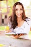 Langhaariges Mädchen liest Buch Stockfotos