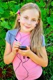Langhaariges Mädchen mit Telefon Stockfotografie