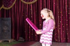 Langhaariges Mädchen, welches die Rolle einer Prinzessin spielt Lizenzfreie Stockbilder