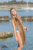 Langhaariges Mädchen auf dem Strand Stockfotos