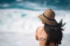 Langharig brunette bij strand Stock Afbeelding