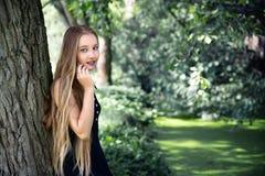 Langharig meisje dichtbij de boom door de stroom royalty-vrije stock foto's