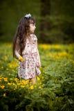 Langharig meisje met gele bloemen Royalty-vrije Stock Afbeeldingen