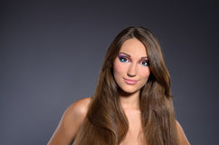 Langharige donkerbruine professioneel make-up Royalty-vrije Stock Fotografie
