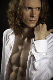 Langharige knappe mens met naakt torso Royalty-vrije Stock Afbeelding
