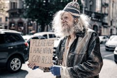 Langharige wanhopige hogere daklozen die haveloze kleren dragen royalty-vrije stock foto's