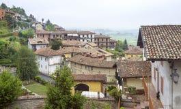 Langhe多小山地区:观点Monforte d'Alba (库尼奥) 颜色女儿图象母亲二 库存照片