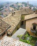 Langhe多小山地区:观点Monforte d'Alba (库尼奥) 颜色女儿图象母亲二 库存图片