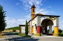 Langhe,在晨曲附近的五颜六色的教会 库存图片