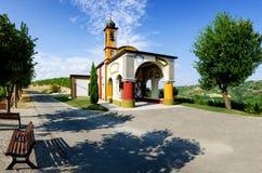 Langhe,在晨曲附近的五颜六色的教会 库存照片