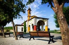 Langhe,在晨曲附近的五颜六色的教会 免版税库存照片