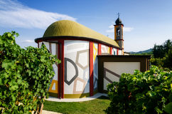 Langhe,在晨曲附近的五颜六色的教会 免版税图库摄影