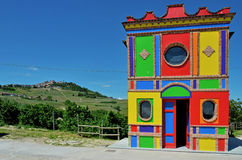 Langhe, église colorée près d'alba Photos libres de droits
