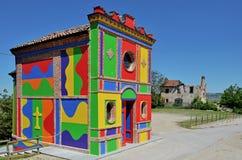 Langhe, kleurrijke kerk dichtbij alba stock afbeeldingen