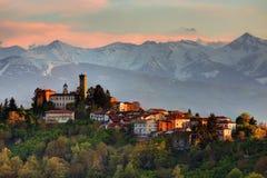 Langhe - le village de Rocca Ciglié et Alpes Images libres de droits