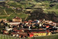 Langhe - vue de la ville de Barolo et de ses vignobles photographie stock libre de droits