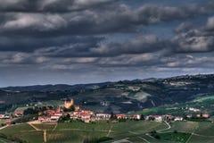 Langhe - vue sur les collines de Langhe autour de Serralunga Image stock