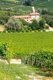 Langhe Weinberge und Landhaus in Italien Stockbilder