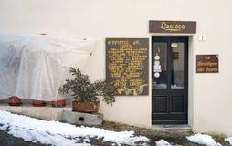 Langhe-Weinkellereishop Mutter mit zwei Töchtern lizenzfreie stockfotos