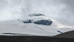Langjokull-Gletscher: weißer Schnee und schwarzer Felsenberg Kontraste der isländischen Natur West-Island, Europa stockbild