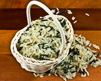 Langkörniger Reis im Korb Stockfoto