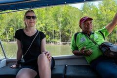 Langkawi, Malásia - 23 de fevereiro de 2019: A guarda florestal local e a menina caucasiano em manguezais visitam no cársico Geof foto de stock royalty free