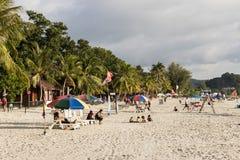 Langkawi, Malaisie, le 21 décembre 2017 : Les touristes apprécient la belle plage du cenang Images stock