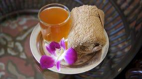 LANGKAWI, MALASIA - 4 de abril de 2015: Jugo tropical agradable y toalla fría en un hotel de lujo y un balneario Imagen de archivo libre de regalías
