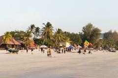 Langkawi, Malasia, el 21 de diciembre de 2017: Los turistas gozan de la playa de Langkawi durante la puesta del sol Imagen de archivo libre de regalías