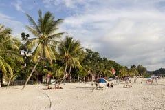 Langkawi, Malaysia, am 21. Dezember 2017: Touristen genießen den schönen Strand von cenang Lizenzfreie Stockfotografie