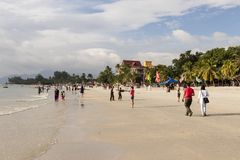 Langkawi, Maleisië, 21 December 2017: De toeristen genieten Langkawi-van strand Royalty-vrije Stock Afbeelding