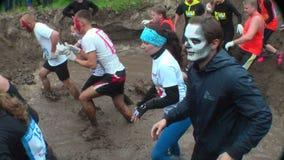 Langlaufrennen im Wasser Tyumen Russland stock video