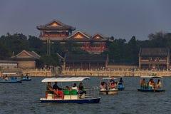 Langlebigkeits-Hügel und Sommer-Palast mit Booten auf Kunming See und einem schweren Smog im Himmel in Peking China lizenzfreie stockfotografie