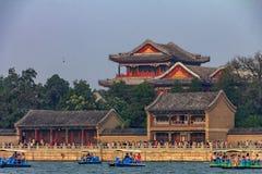 Langlebigkeits-Hügel und Sommer-Palast mit Booten auf Kunming See und einem schweren Smog im Himmel in Peking China stockbilder