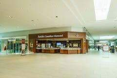 Langley, CANADÁ - 14 de noviembre de 2018: vista interior del centro comercial de Willowbrook fotografía de archivo libre de regalías