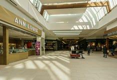 Langley KANADA - November 14, 2018: inre sikt av den Willowbrook shoppingmitten arkivbild