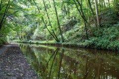 Langollen kanal på Chirk trädreflectiions Arkivfoton