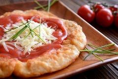 Langos用番茄酱和乳酪 免版税库存照片