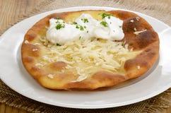 Langos,家做了匈牙利薄煎饼 免版税库存照片