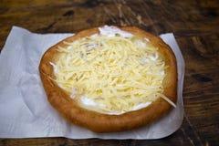 Langos, παραδοσιακό ουγγρικό γρήγορο φαγητό Στοκ εικόνες με δικαίωμα ελεύθερης χρήσης