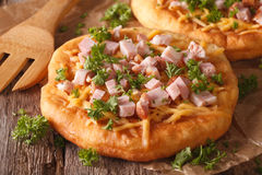 Langos a cuit à la friteuse avec le plan rapproché de fromage et de jambon horizontal Photographie stock