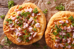 Langos ha fritto nel grasso bollente con il primo piano del prosciutto e del formaggio principale orizzontale v fotografie stock