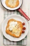 Langos ungheresi con panna acida e formaggio Fotografie Stock Libere da Diritti
