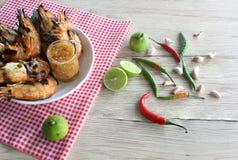 Langosta asada a la parrilla con la salsa y los ingredientes de mariscos imagenes de archivo