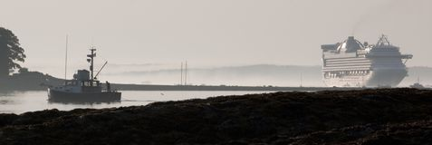 Langoustine-bateaux et bateaux de croisière Photographie stock libre de droits