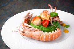 Langoustine, Kamm-Muschel, Krake und Miesmuscheln mit Spinatspüree Italienische Gaststätte menü lizenzfreies stockfoto