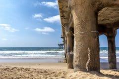 Langs en onder de pijler bij het strand van Manhattan, Californië royalty-vrije stock afbeelding