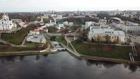 Langs Westelijke Dvina De Stadscentrum van Vitebsk stock footage
